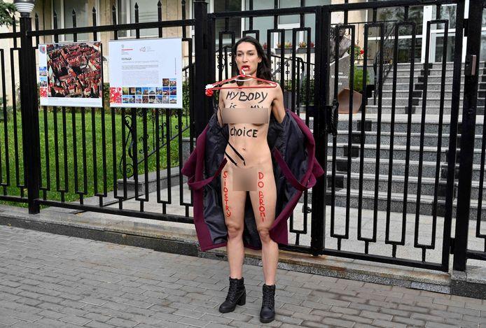 Une militante Femen devant l'ambassade de Pologne, à Kiev (Ukraine)