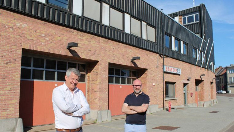 Schepen van Eigendommen Koen Anciaux en oprichter van Mest Toon Diependaele aan de voormalige brandweerkazerne in de Dageraadstraat in Mechelen.