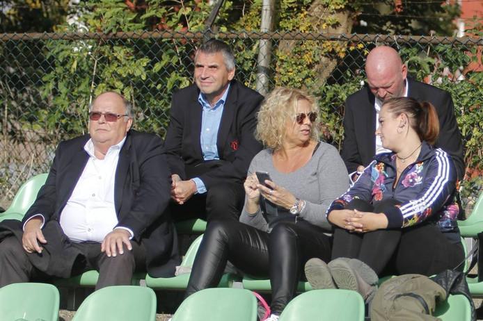 Martin van der Hoeven (midden) zat afgelopen zondag op de tribune bij het duel DHC-Vlissingen.