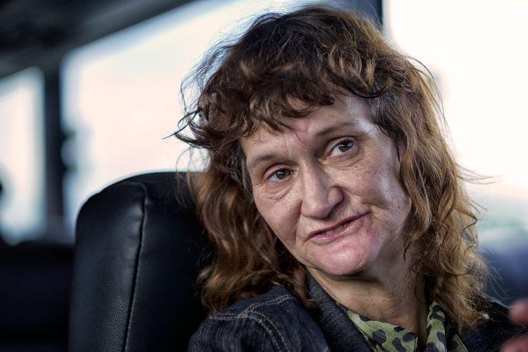 Brenda is op de terugweg van een bezoek aan haar dochter. Haar man zit in de gevangenis en haar vriend ook. Ze is hiv-positief getest en heeft sinds kort een invalidenuitkering. Beeld Inge Hondebrink