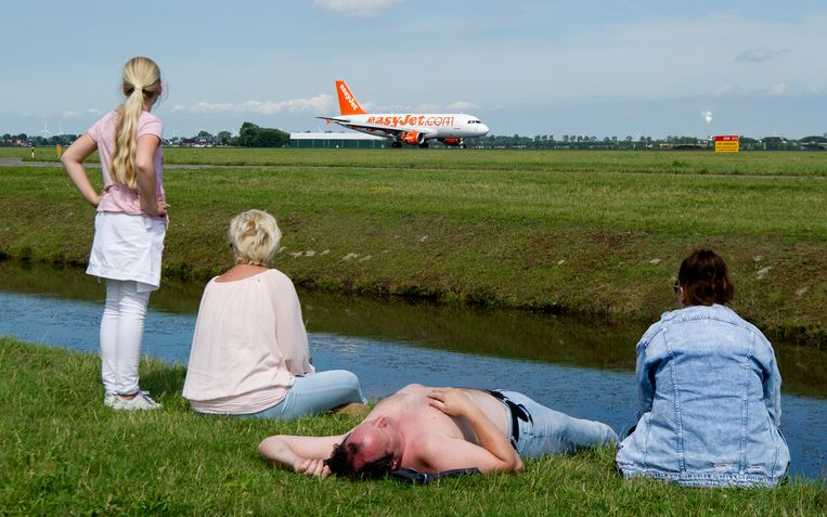 Toeschouwers bij de Polderbaan van luchthaven Schiphol. Beeld Hollandse Hoogte / Robin Utrecht