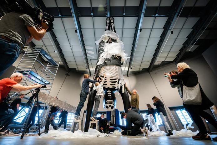 Het kunstwerk 'Een handstand' van de kunstenaar Florentijn Hofman arriveert bij NEMO Science Museum. Het wordt geïnstalleerd in de nieuwe tentoonstelling Humania over de mens.