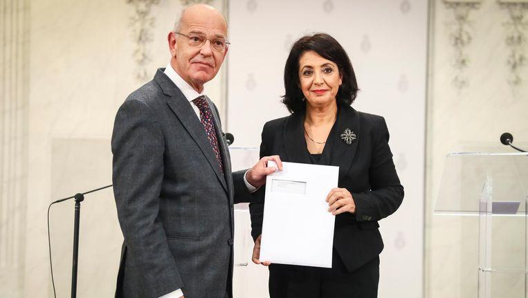 Informateur Gerrit Zalm overhandigt dinsdag het regeerakkoord aan Kamervoorzitter Khadija Arib Beeld ANP