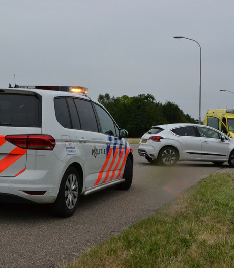 Auto botst tegen scooter bij Oosterhout