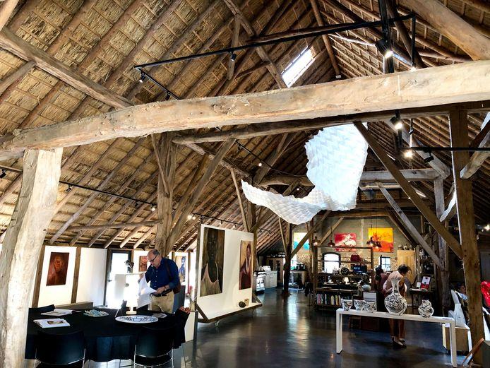 De expositie in de Vlaamse schuur, met werk van Samira Boon aan het monumentale houten dak.