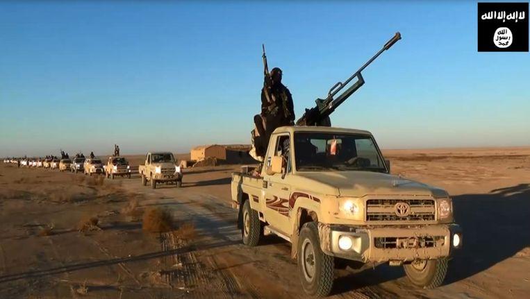 Een still uit een propagandavideo van ISIS. Militanten rijden door de woestijn van de provincie Nineveh. Beeld null