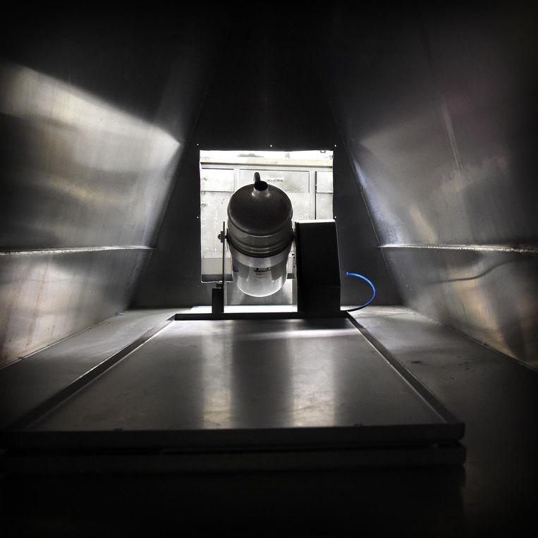 De binnenkant van de Sarco, het prototype van de 'zelfbeschikkingsmachine' waaraan Philip Nitschke werkt Beeld Marcel van den Bergh