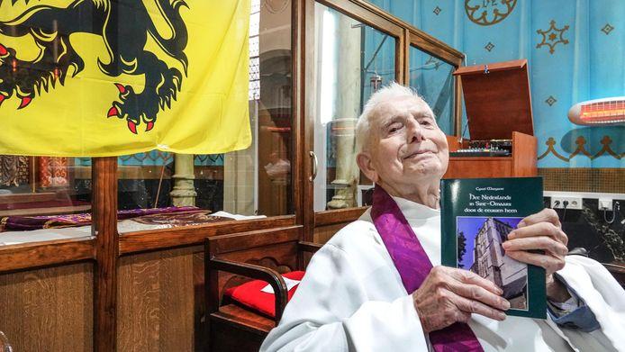 Priester Cyriel Moeyaert (100) is overleden. Vorig jaar stelde hij nog zijn boek 'Het Nederlands in Sint-Omaars door de eeuwen heen' voor.