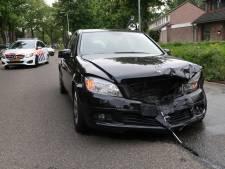 Auto's botsen frontaal op elkaar op Merodelaan in Breda, twee inzittenden gewond