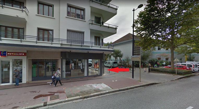 De jonge vrouw reed deze etalage binnen van een winkel in het centrum van Annecy.