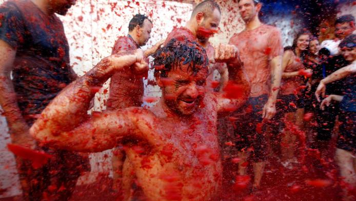 Het tomatenfestival in Buñol trekt elk jaar tienduizenden deelnemers die elkaar bekogelen.