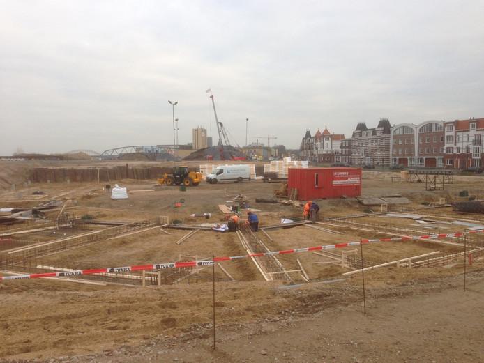 De bouwplaats aan het Waalfront waar de 75 goedkope huurwoningen komen.