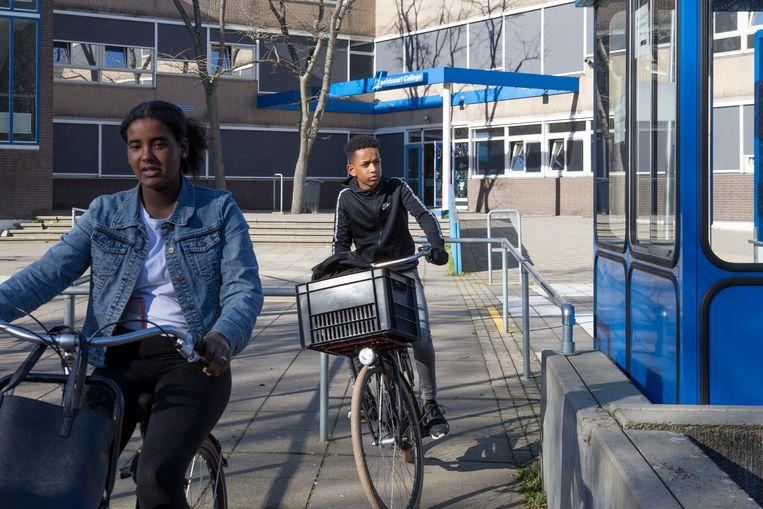 Leerlingen, niet betrokken bij het voorval met de techniekinstructeur, verlaten het schoolplein van het Hoofdvaart College.  Beeld Pauline Niks