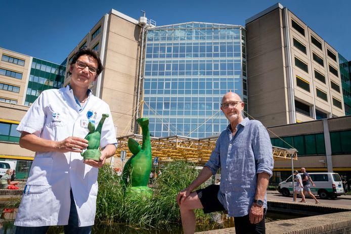 Beeldend kunstenaar Peter Krynen (rechts) en intensivist van ziekenhuis Rijnstate Arnhem Jan van Vliet bij het kunstwerk 'Fight Corona'.
