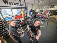 Urenlang fietsen repareren voor het goede doel