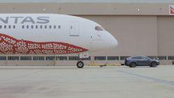 Tesla Model X trekt vliegtuig van 130.000 kilo vooruit: een wereldrecord