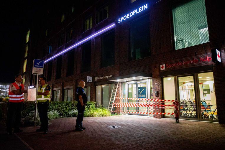 Hulpdiensten werden gisteravond gealarmeerd voor een groot incident bij de Huisartsenpost van het Maasstad ziekenhuis aan de Maasstadweg.  Beeld ANP