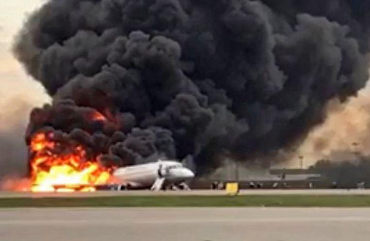 Een door de onderzoekscommissie verstrekte foto van het brandende toestel op luchthaven Sjeremetjevo bij Moskou. Beeld EPA