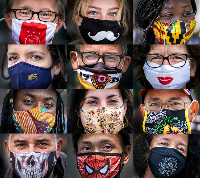 Toeristen in Amsterdam met opvallende mondkapjes.