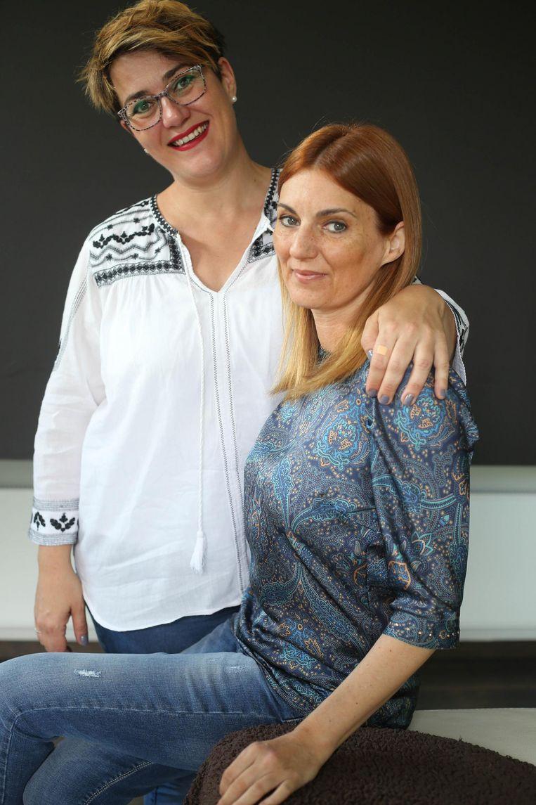 Caroline Moermans ( met blauw shirt) met haar buurvrouw Lize die haar steun en toeverlaat is.