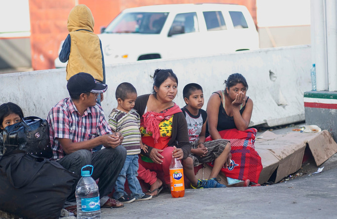 Migranten uit Midden-Amerika wachten aan de Mexicaans-Amerikaanse grens bij Tijuana in Mexico op toestemming om de oversteek naar de VS te maken.