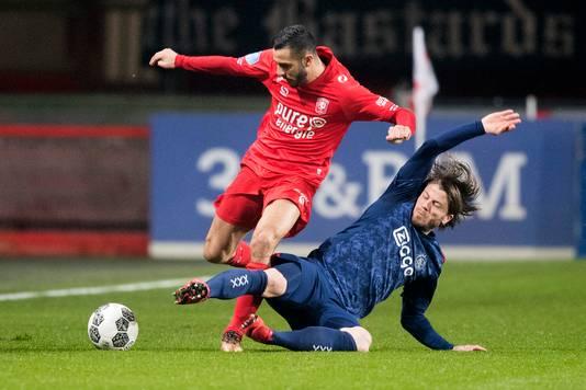 Oussama Assaidi in duel met Ajacied Lasse Schöne.