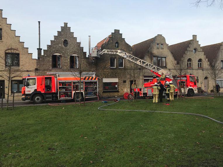 Door de brand zat er een gat in het dak van de rijwoning.