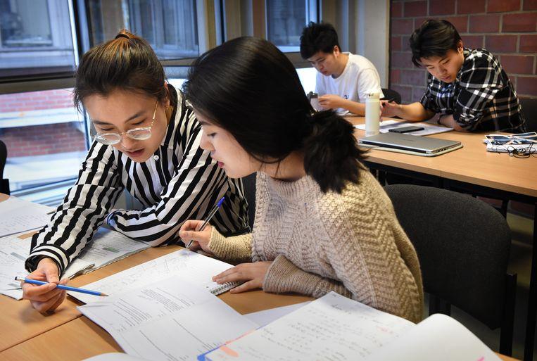 Chinese studenten op de universiteit in Duisburg. Beeld Marcel van den Bergh / de Volkskrant