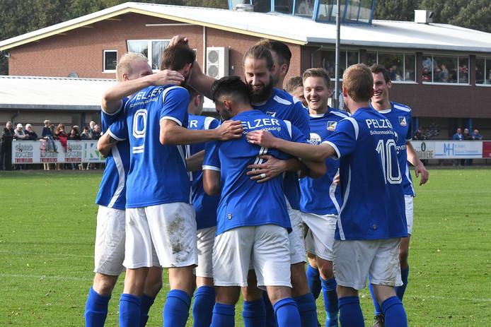 De voetballers van Olympia'18 vieren feest na weer een doelpunt.