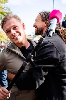 PowNed-verslaggever krijgt ongewenste knuffel van Willem Engel