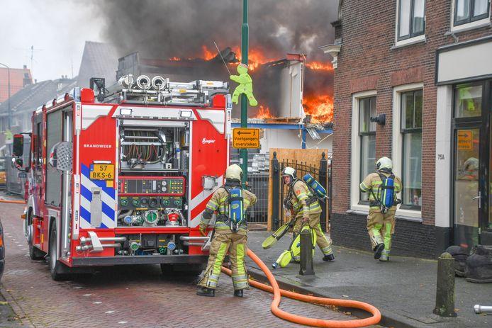 Het vuur in het leegstaande pand greep snel om zich heen.