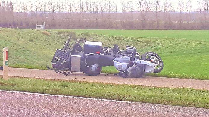 De motor en de fietsen liggen nog op het fietspad langs de Aerdtseweg.