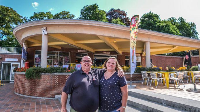 Nick Verhaeghe en zijn vrouw Sabine Cottereel, voor de cafetaria in het openluchtzwembad Abdijkaai.