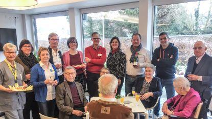Feestcomité trakteert minder mobiele bewoners assistentiewoningen Leupeheem op eigen nieuwjaarsreceptie