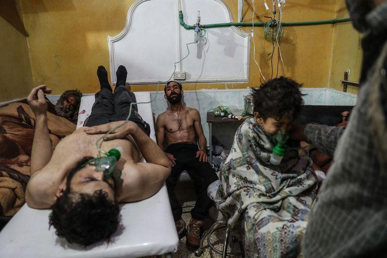 Slachtoffers van een zenuwgasaanval in Syrië. Beeld Mohammed Badra