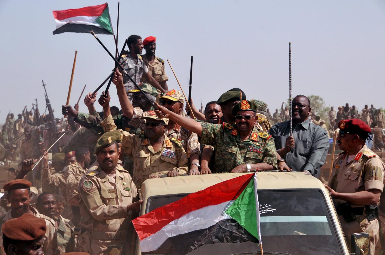 Omar al-Bashir tijdens een overwinningstocht, nadat de Sudanese Volkskrijgsmacht (SAF) en Rapid Support Forces (RSF) de rebellen versloegen in april 2015.