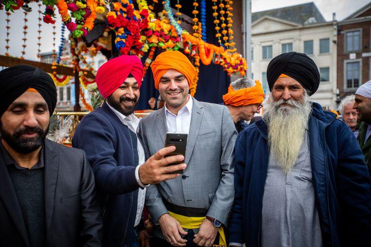 Jaarlijkse optocht Nagar Kirtan van de Truiense Sikhgemeenschap. Dat is een volksfeest, waarbij geloof, traditie en vrijgevigheid centraal staan. schepen Jelle Engelbosch( N-VA)