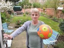 Oma bijna op de bon omdat ze ballen van buurkinderen niet teruggeeft