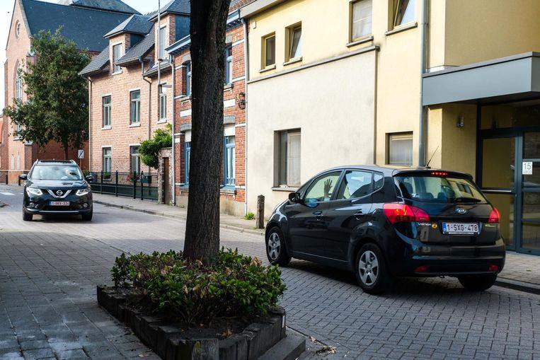 De Kerkstraat is een van de smalle straatjes waar het verkeer maar moeilijk kan kruisen.