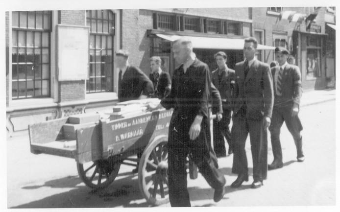 Foute politieagenten in Maassluis doen in mei 1945 vernederende klusjes.