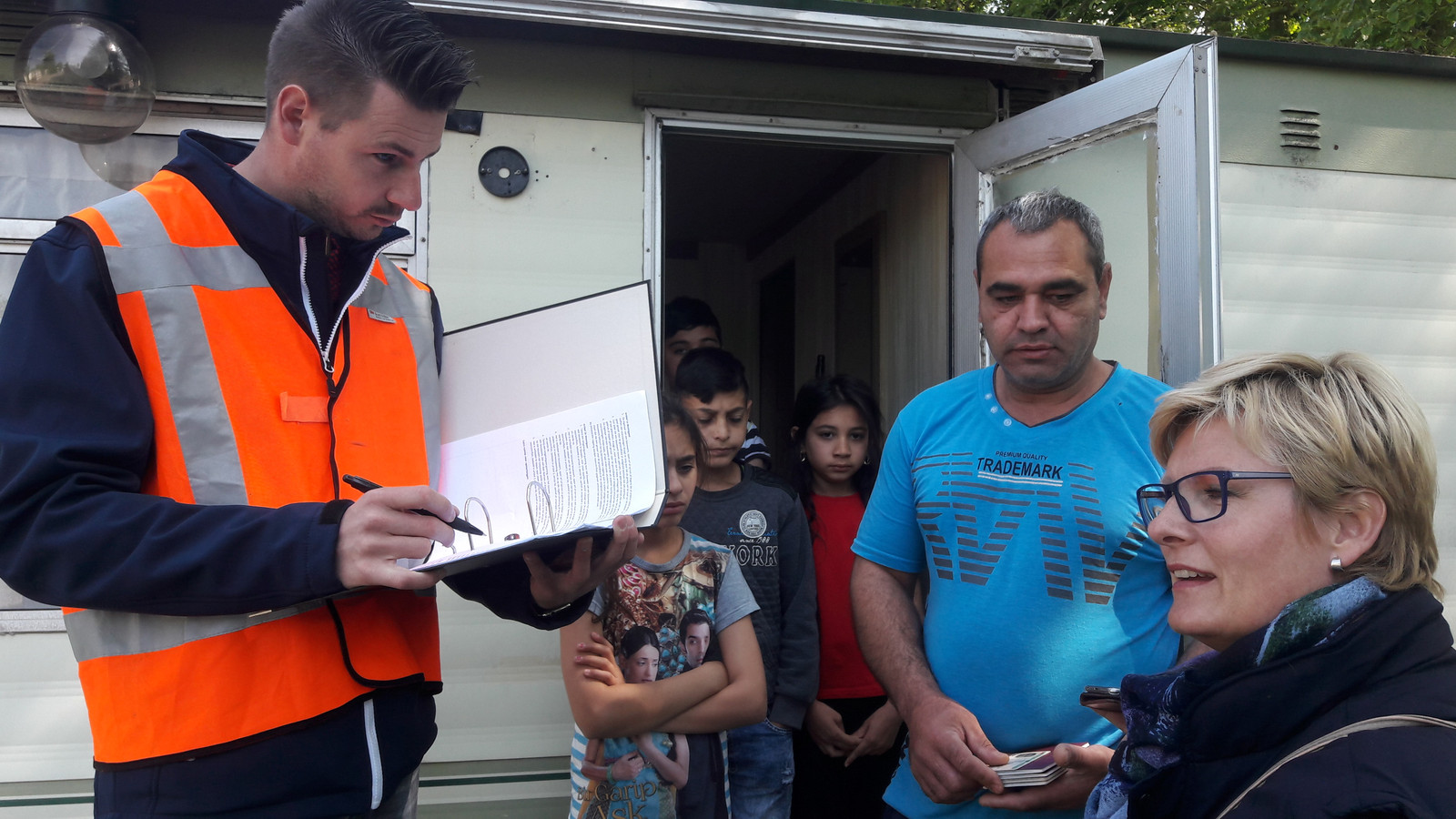 Een controle, in 2017, op camping Fort Oranje. Ambtenaren treffen onder meer vier leerplichtige kinderen aan die niet naar school gaan.