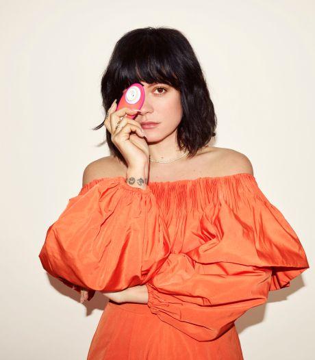 """Lily Allen se transforme en Mère Noël et offre 1.000 sextoys """"Womanizer Liberty by Lily"""""""