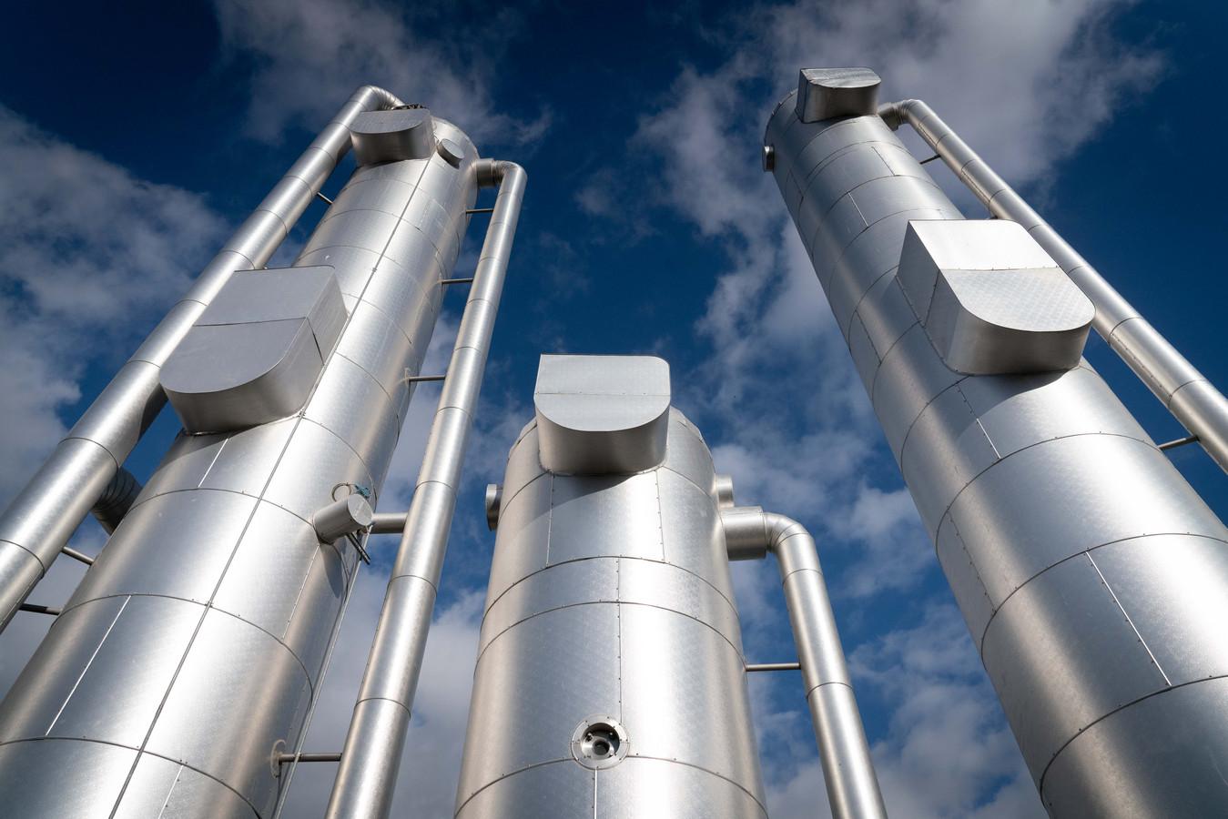 Het gas dat uit de koepels wordt gezogen, komt in deze installatie terecht. Daar wordt het afgekoeld en ontvochtigd.