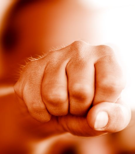 Man door meerdere daders geschopt, geslagen en beroofd van sigaretten en medicijnen in Oss