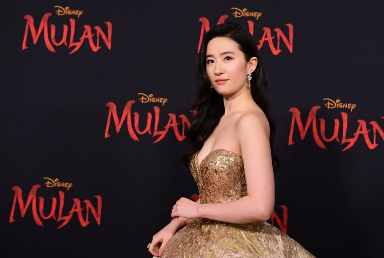 Mulan-hoofdrolspeler Liu Yifei sprak haar steun uit voor de Chinese oproerpolitie, wat haar de bijnaam 'nep-Mulan' opleverde. Beeld HH/AFP