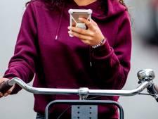 Bon van 95 euro voor appen op de fiets