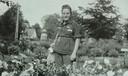 Op 22 mei 1945 komt Cis Suijs, op de foto nog in kampkleding, terug in Vlijmen.