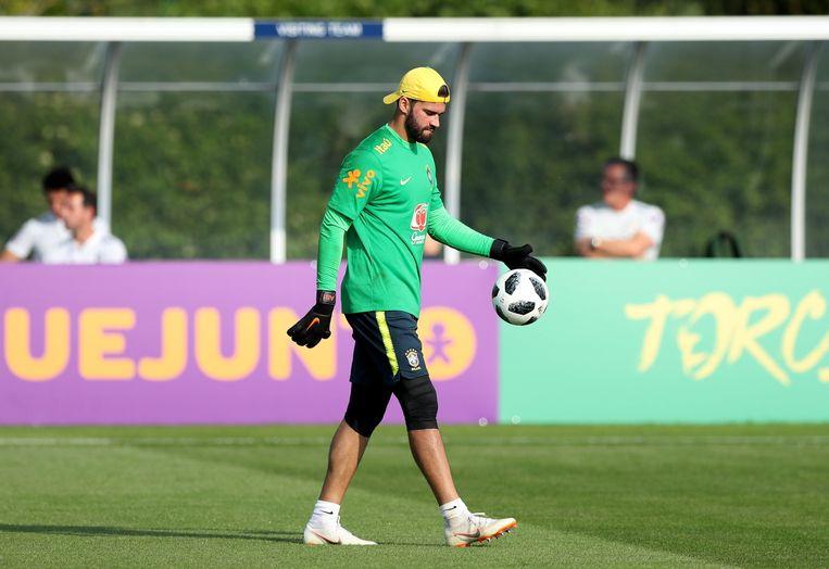 Alisson Becker op stage met de Braziliaanse nationale ploeg op het oefencomplex van Tottenham.