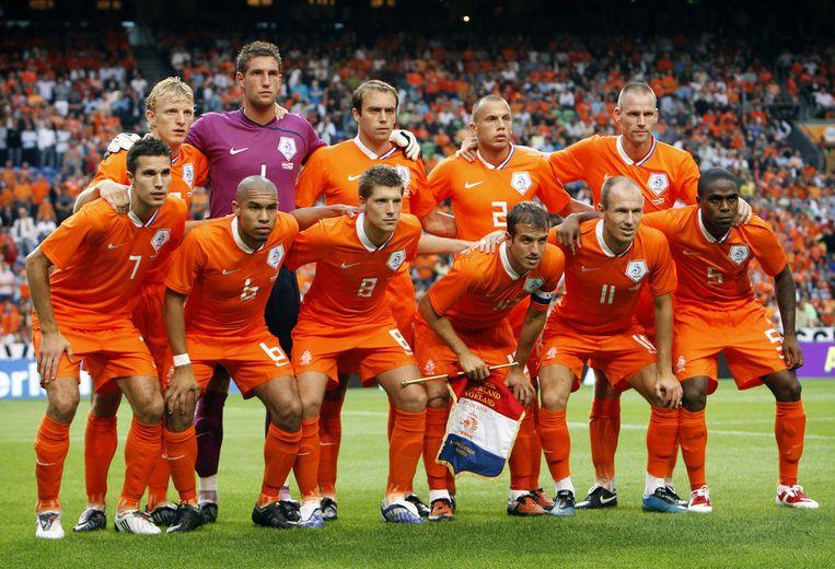 Het Nederlands elftal in 2009 voorafgaand aan de wedstrijd tegen Engeland. Andre Ooijer staat rechts. Beeld anp