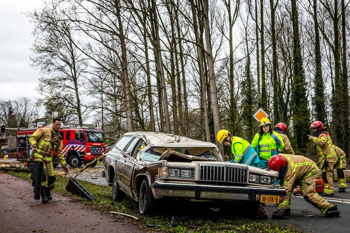Ronald van Kemenade (52) heeft alle geluk van de wereld als er een boom op zijn auto valt. Hij raakt alleen gewond aan zijn oog.